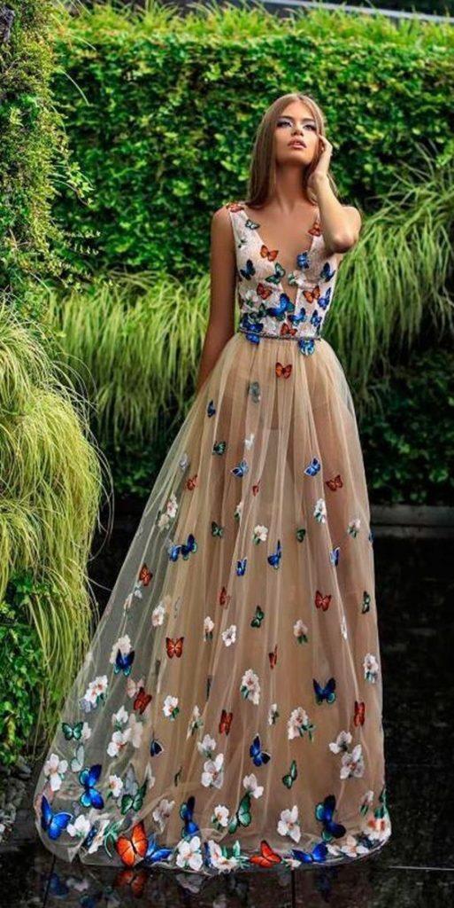 abito da sposa con applicazioni di farfalle colorate