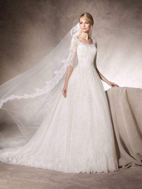 abito da sposa ampio con corpetto in pizzo manica tre quarti e velo lungo