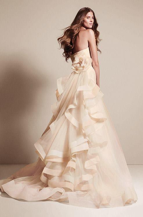 abito da sposa con gonna in organza a balze arricchita da fiore sartoriale