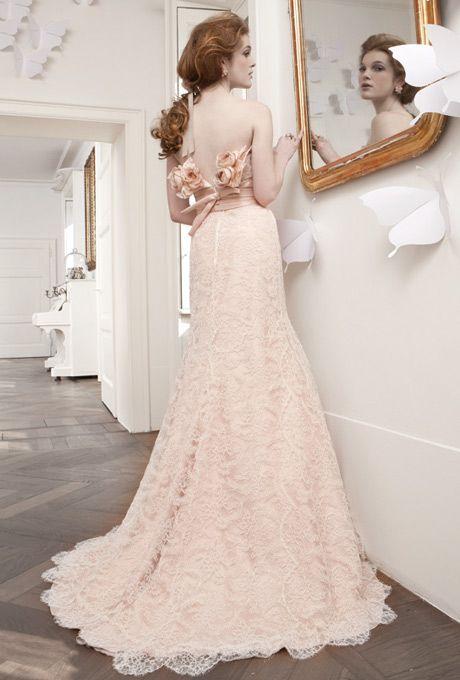 abito da sposa con guarnizione floreale sulla schiena
