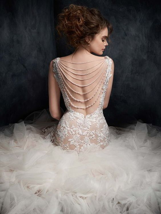 collane di perle sulla schiena dell'abito da sposa