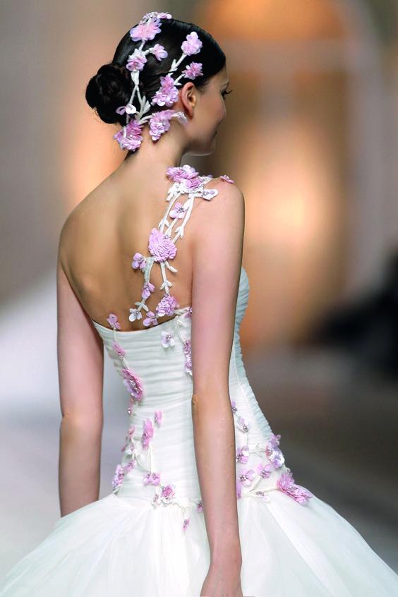 abito da sposa con schiena ed acconciatura  simili
