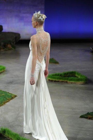 abito da sposa con schiena  ricamata in cristalli