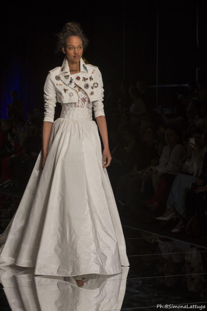 abito da sposa collezione 2020 Elisabetta Polignano con gonna ampia e chiodo in pelle bianca
