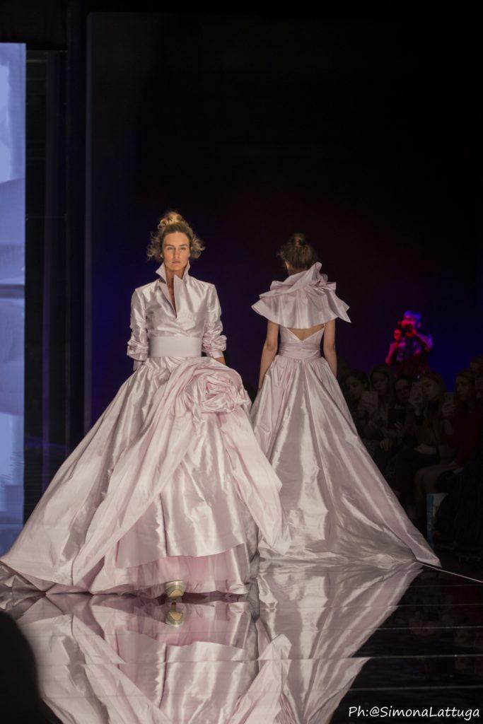 abito da sposa collezione 2020 Elisabetta Polignano in taffetà rosa con gonna ampia a vita alta