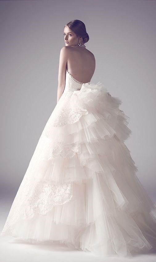 abito da sposa con dietro voluminoso in tulle