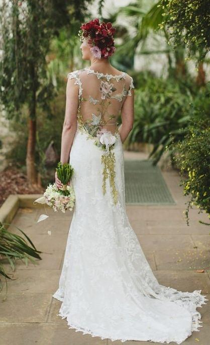 abito da sposa con schiena effetto tattoo fiori e foglie colorati