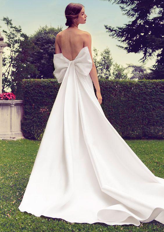 abito da sposa con fiocco strutturato effetto strascico