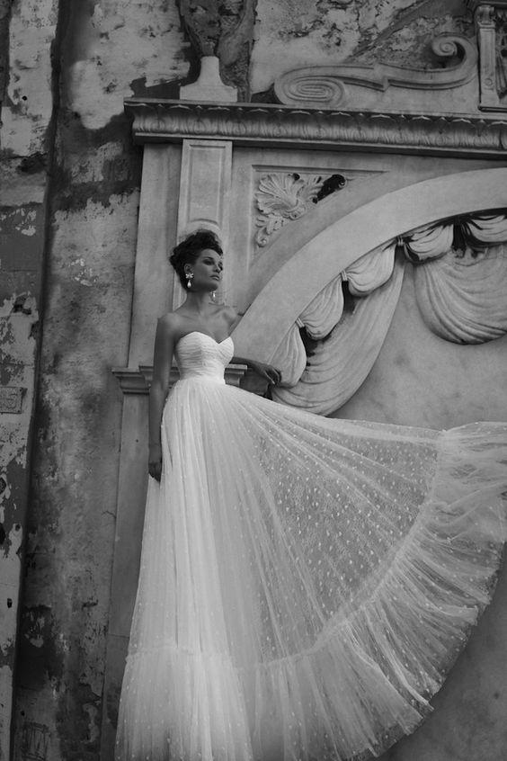 abito da sposa decolletè vita alta in plumetis