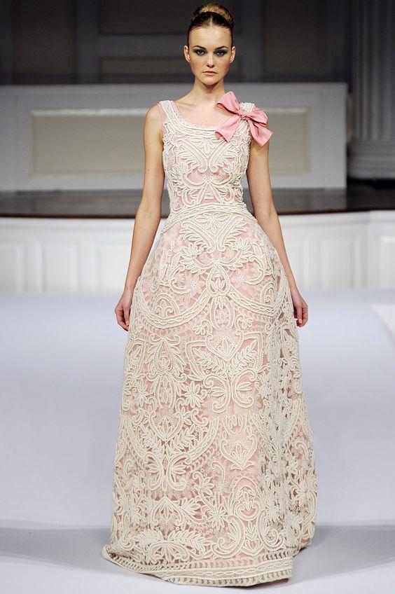 abito da sposa in pizzo di cotone con fondo rosa