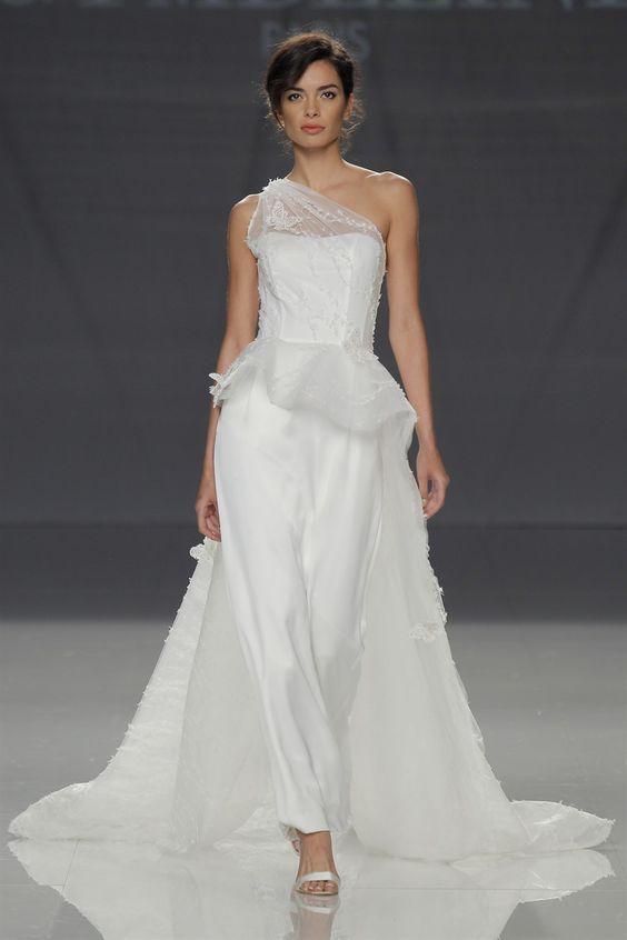 abito da sposa monospalla con pantaloni