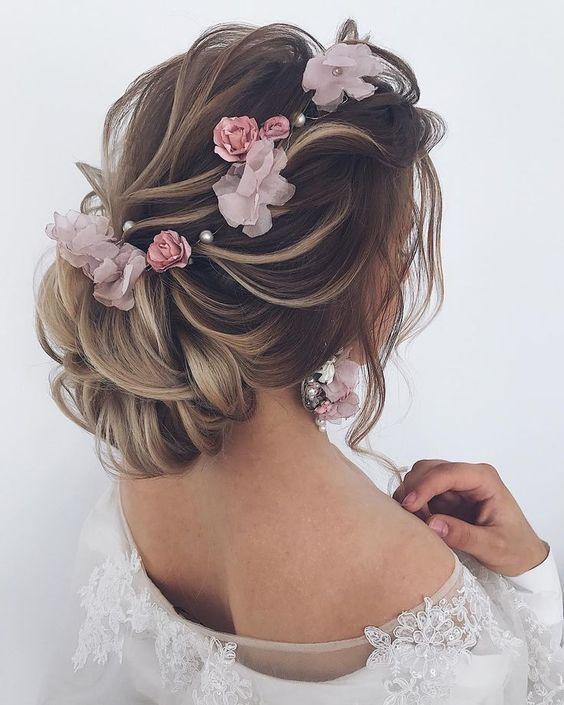 decori rosa per l'acconciatura da sposa