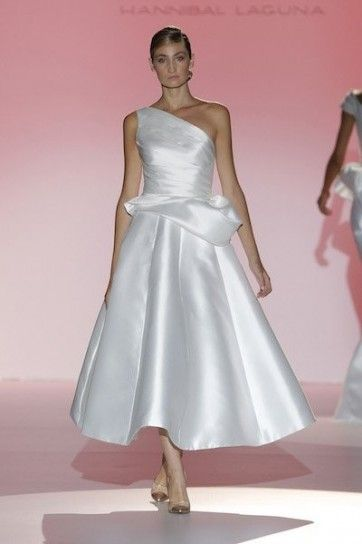 abito da sposa corto con gonna ampia e monospalla