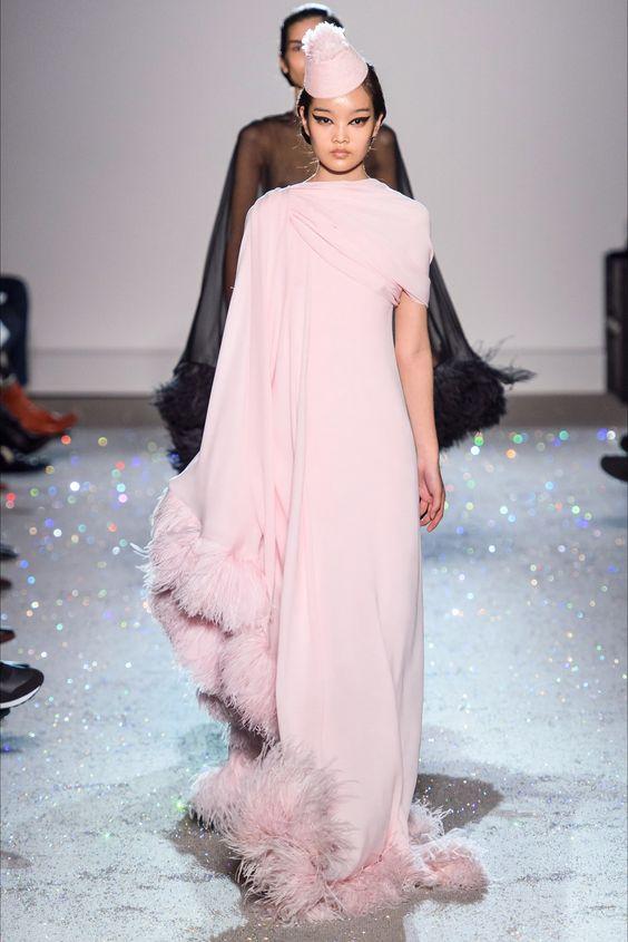 vestito da sposa rosa liscio con piume