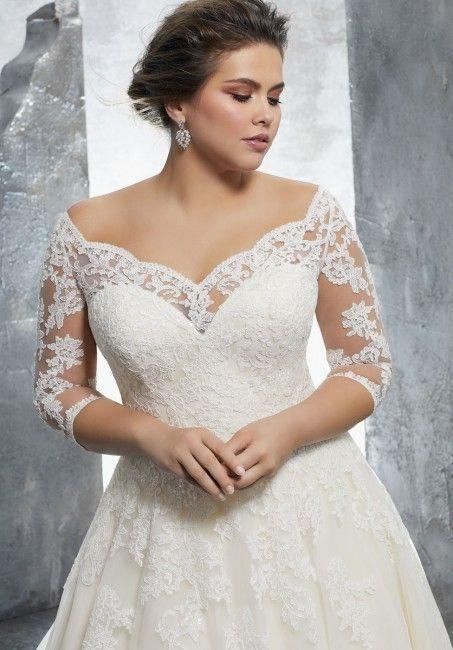 abito da sposa curvy con scollo omerale e corpetto in pizzo