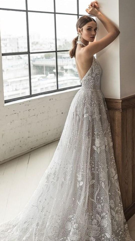 abito da sposa con scollo all'americana schiena nuda