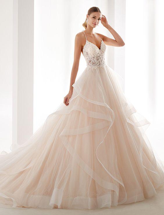 abito da sposa rosa con gonna ampia