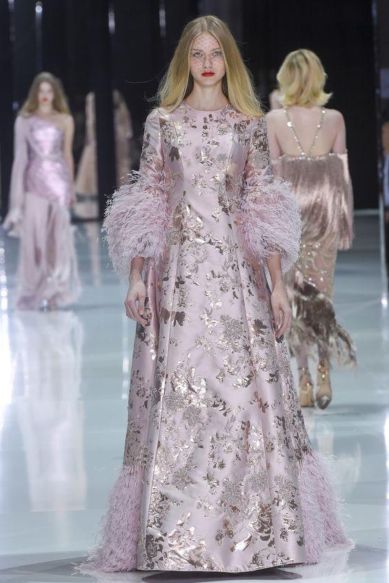 Abito da sposa in tessuto damascato rosa con maniche tre quarti arricchite da piume