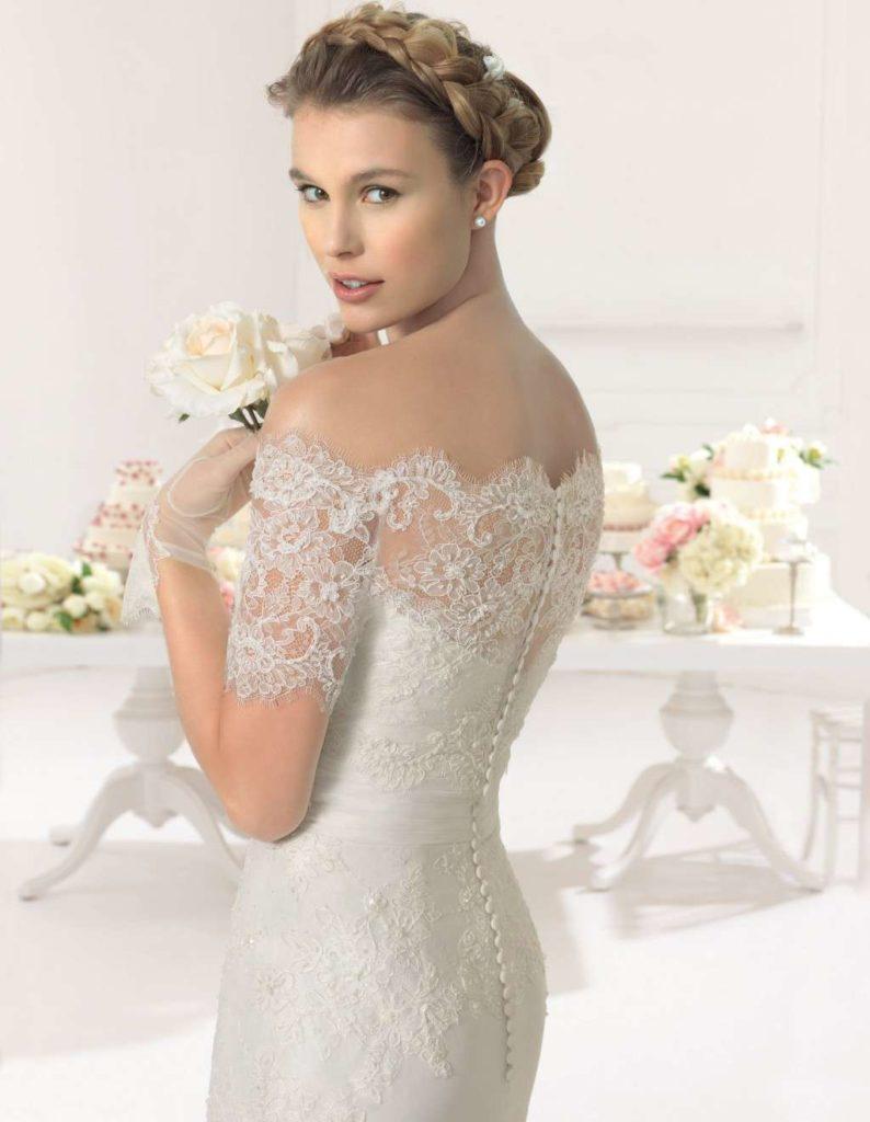 abito da sposa in pizzo con scollatura omerale