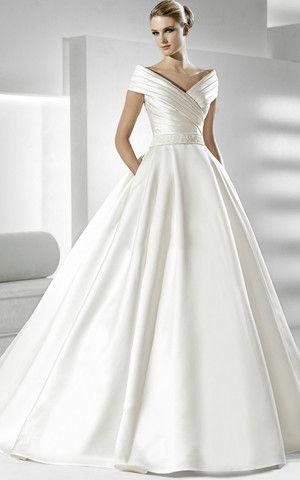 vestito da sposa con scollatura omerale drappeggiata ad incrocio