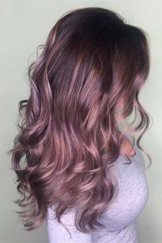 capelli con riflessi rosa