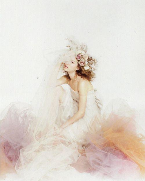 abito da sposa particolare con tulle in colori pastello