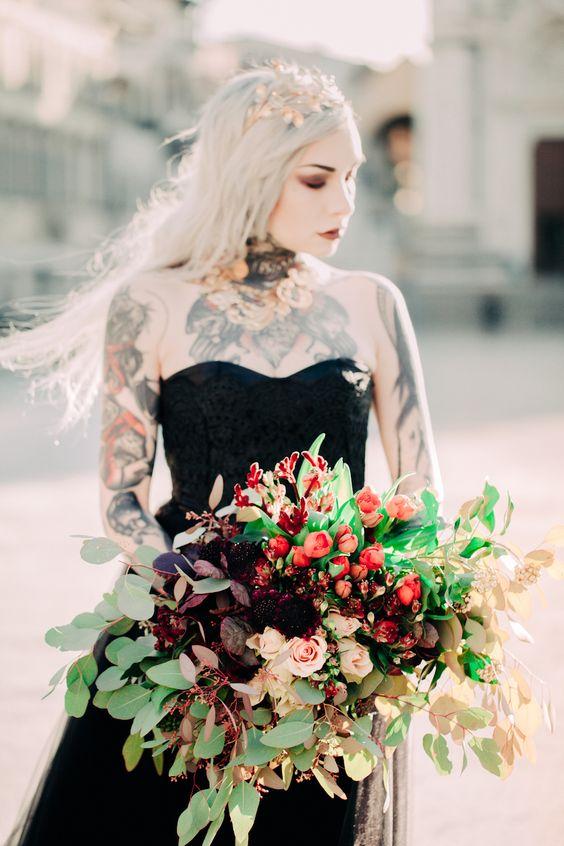 sposa tatuata con abito nero