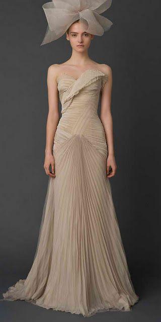 abito da sposa aderente in chiffon plissè beige