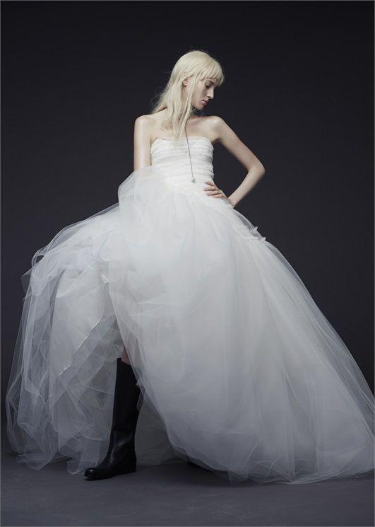 abito da sposa ampio  in tulle  con stivali