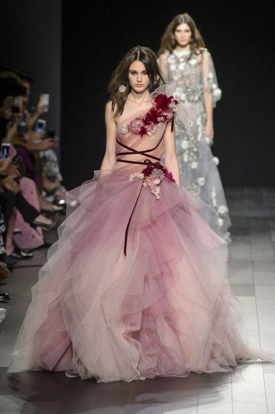 abito da sposa ampio in tulle rosa e lilla con applicazioni floreali