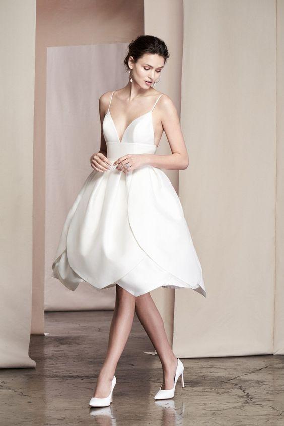 vestito da sposa corto con ampia gonna a petalo