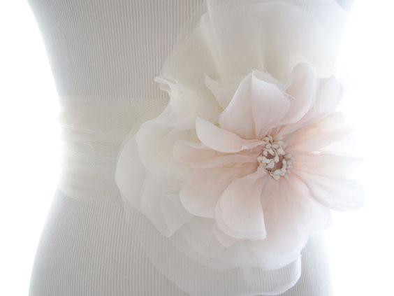 cintura da sposa con fiore sartoriale