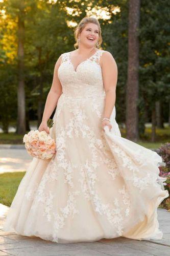 abito nuziale sposa curvy in pizzo con scoolo a V