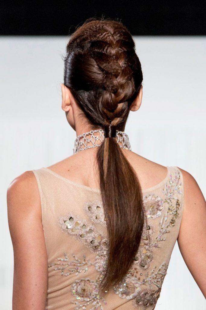hairstyle con treccia ed effetto frisèè
