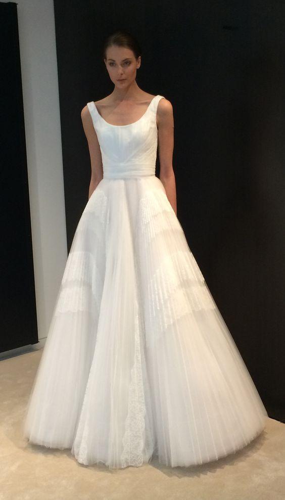 abito da sposa con scollo a ballerina e gonna in tulle plissè