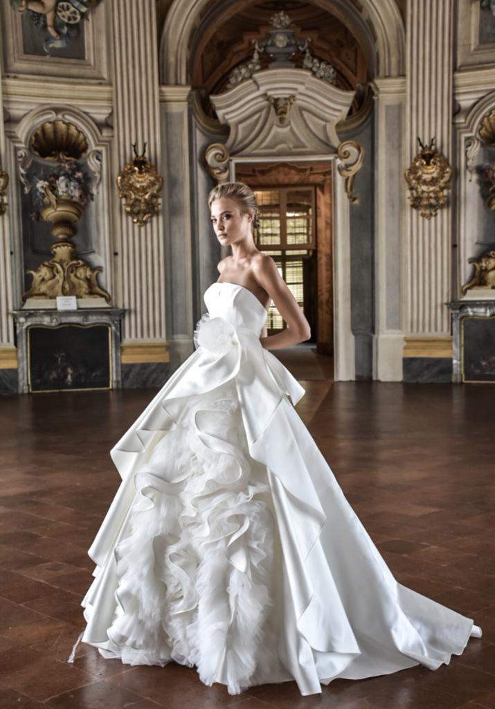 rouches e volants sull'abito da sposa