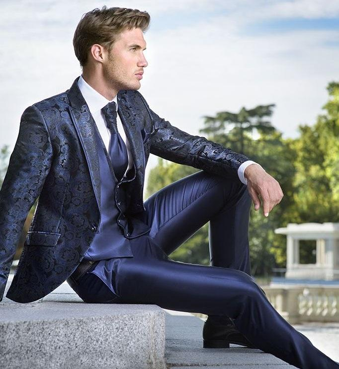 abito da sposo blu con giacca damascata