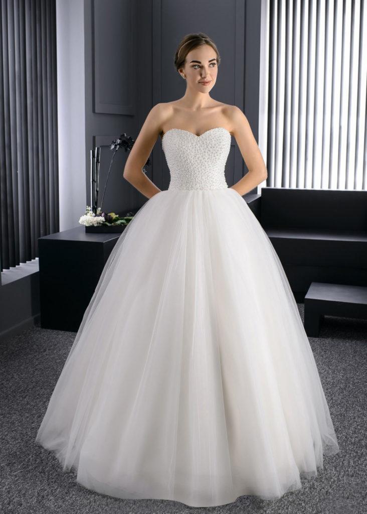abito da sposa stile vintage  anni cinquanta  con decolletè a cuore  e gonna ampia lunga in tulle