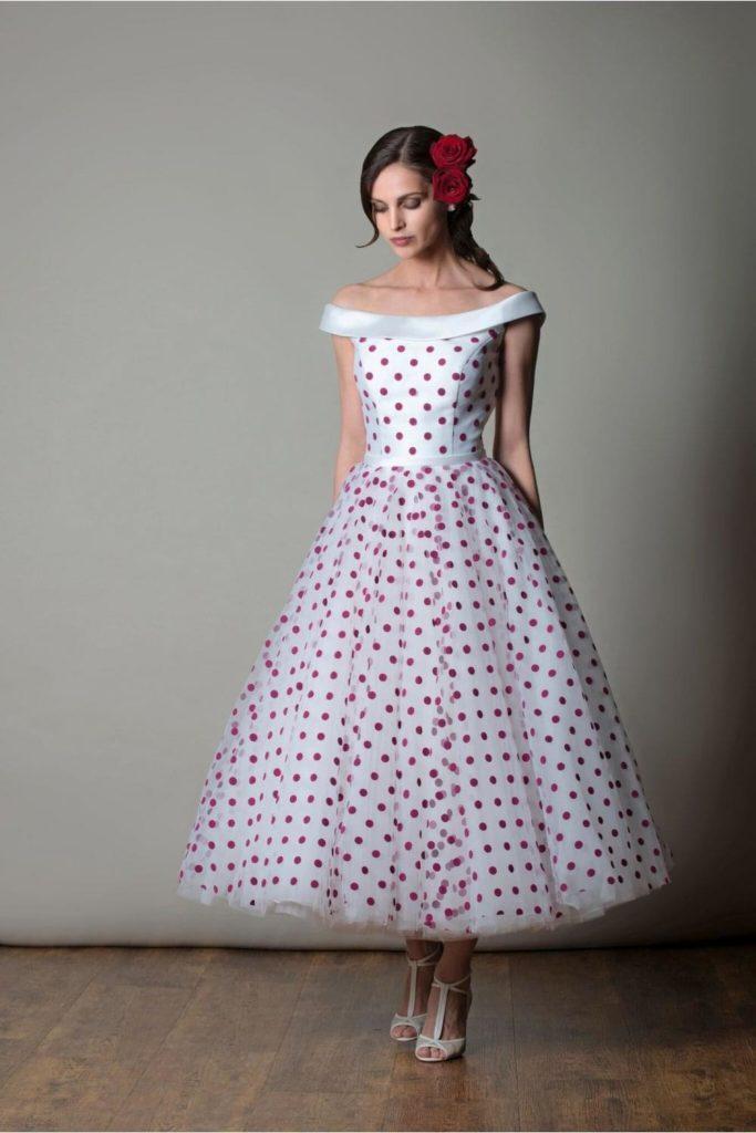 abito da sposa stile vintage  anni cinquanta  colorato a pois con scollatura omerale gonna ampia corta i