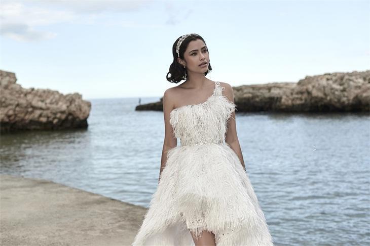 abito da sposa monospalla con piume Luisa sposa