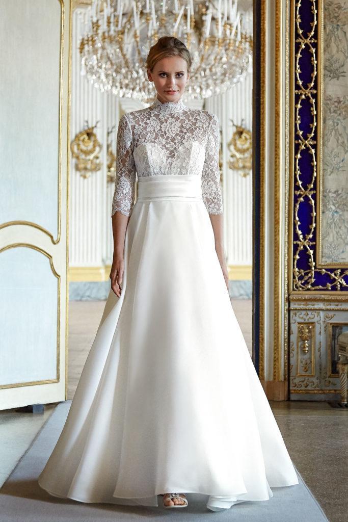 abito stile impero accollato con corpetto in pizzo e maniche a tre quarti collezione sposa Blandaleone 2021