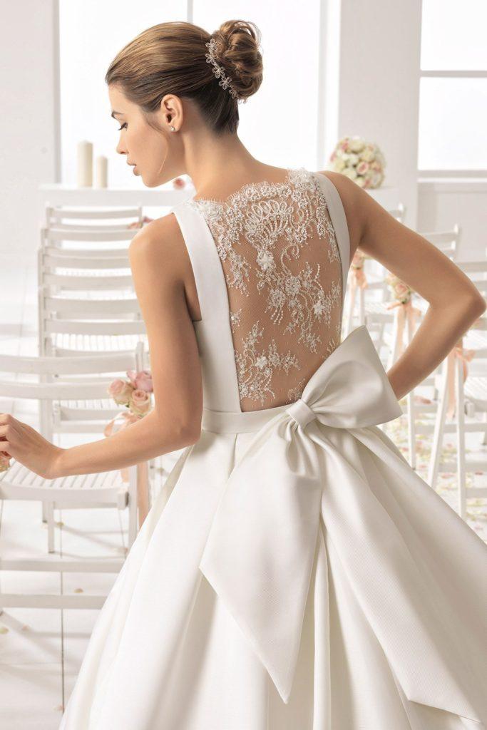 abito da sposa con grande fiocco posteriore