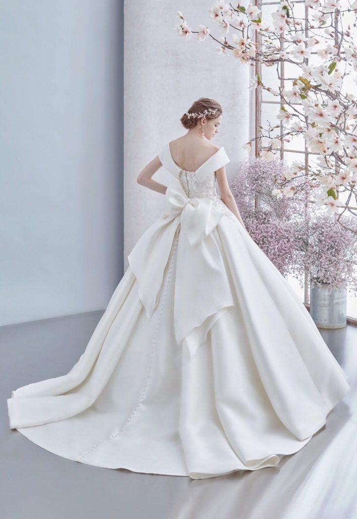 abito da sposa ampio con fiocco posteriore