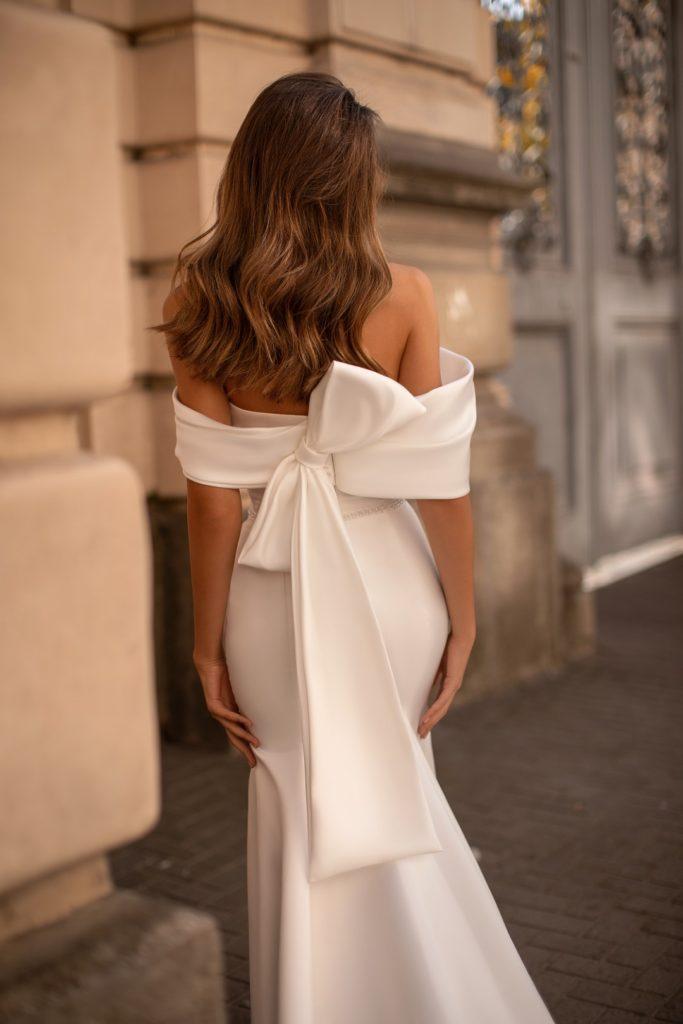 abito da sposa a sirena con grande fiocco posteriore