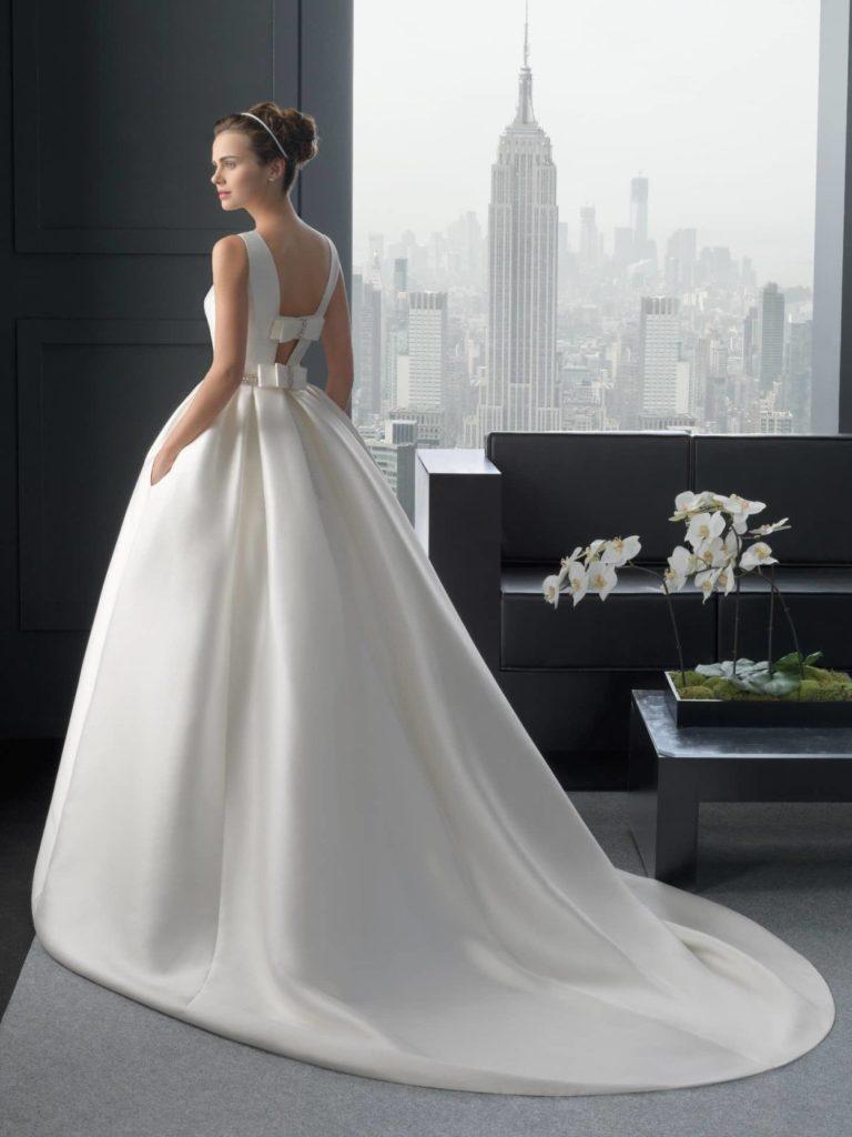 abito da sposa con fiocchi sulla schiena