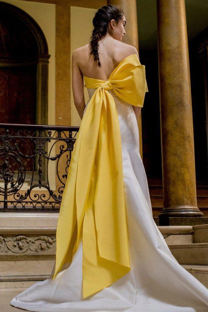 abito da sposa a sirena con fiocco colorato