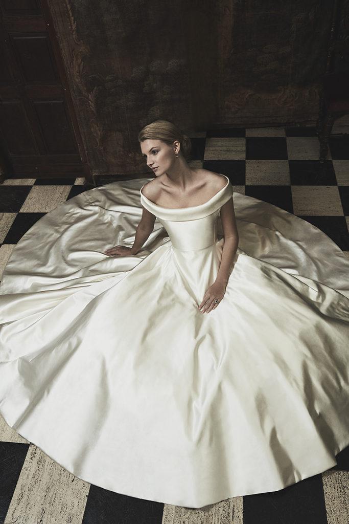 abito da sposa in tessuto raso douchesse