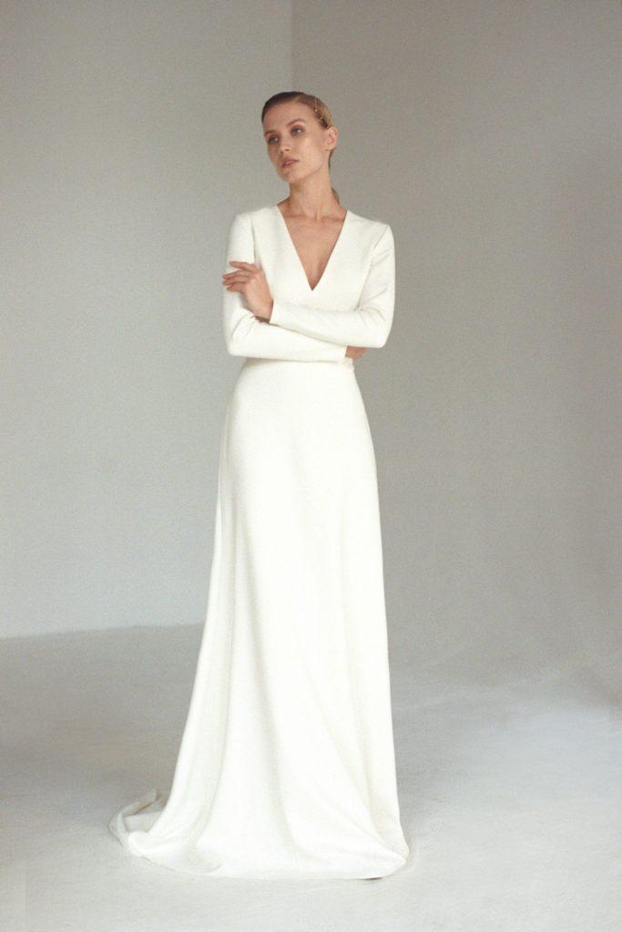 abito da sposa in stile minimal in cady
